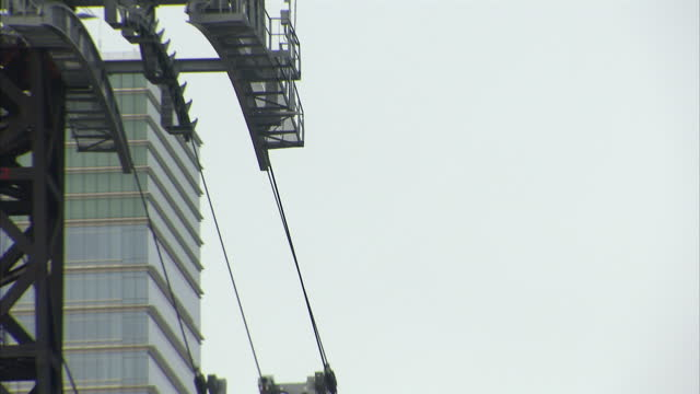 stockvideo's en b-roll-footage met exterior shots roosevelt island tramway passing over the east river and queensboro bridge on 25th january 2011 in new york united states - trambaan
