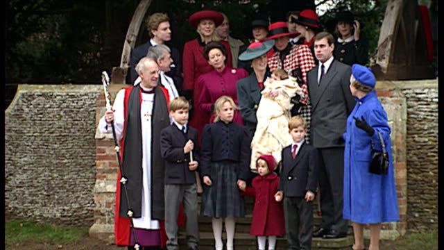 vídeos de stock, filmes e b-roll de exterior shots royal family outside sandringham church prince william prince harry zara phillips queen queen mother priince andrew and sarah ferguson... - realeza