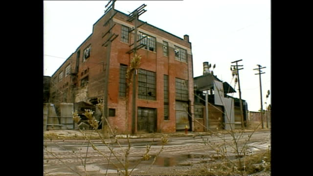 vidéos et rushes de exterior shots rundown, neglected and abandoned factories along the detroit river. on march 12, 1994 in detroit, michigan. - ruiné