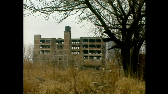 exterior shots rundown neglected and abandoned factories along the detroit river with sky scrappers towering in the background on march 12 1994 in... - ruine stock-videos und b-roll-filmmaterial