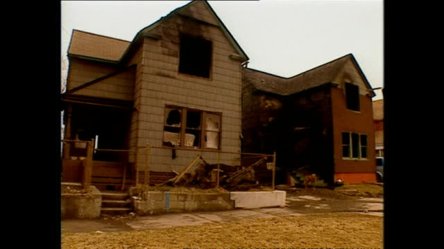 vidéos et rushes de exterior shots rundown neglected and abandoned residential houses in poverty stricken neighbourhood on march 12 1994 in detroit michigan - detroit