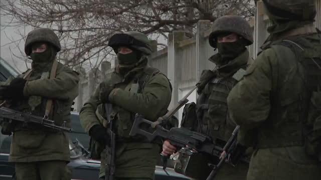 vídeos y material grabado en eventos de stock de exterior shots russian military personnel patrolling area outside building in privolnoye on march 02 2014 in crimea ukraine - ruso europeo oriental