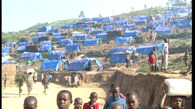 exterior shots rwandan refugees at unhcr refugee camp spreading up hillside with tents made out of blue tarpaulin on june 16 1994 in various cities... - völkermord stock-videos und b-roll-filmmaterial