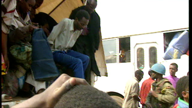 exterior shots rwandan refugees being unloaded from a un transport truck at refugee camp and reunited with friends and relatives on june 16 1994 in... - völkermord stock-videos und b-roll-filmmaterial