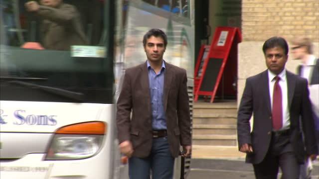 vidéos et rushes de exterior shots salman butt arrives at southwark crown court salman butt found guilty of match fixing on november 01 2011 in london england - couvre chef