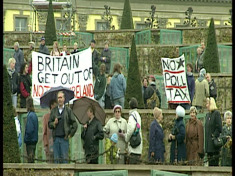vidéos et rushes de exterior shots sans souchi building antibritish protestors in stands exterior shots queen at top of steps and leaves in open top carriage queen... - 1992