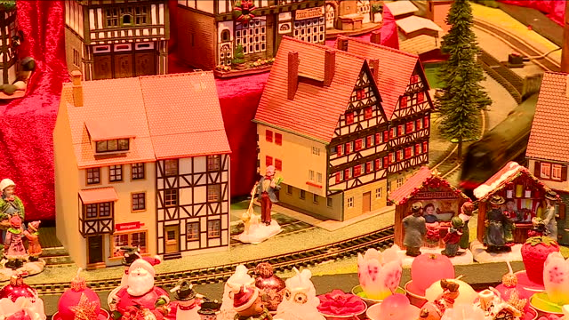 exterior shots shoppers walking past stalls at birmingham's frankfurt christmas market with a view through a shop window at a christmas toy railway... - thanksgiving politics stock videos & royalty-free footage