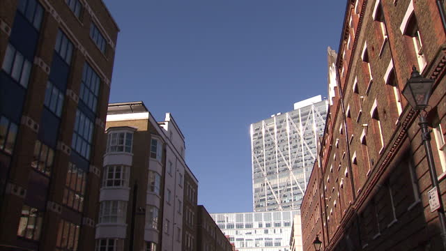 exterior shots showing the contrast between older georgian and victorian buildings with modern skyscrapers and tower blocks in east london>> on... - イーストロンドン点の映像素材/bロール