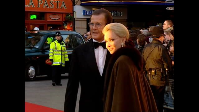 exterior shots sir roger moore, actor, and partner louisa mattoli on red carpet at the bafta awards. on february 25, 2001 in london, england. - 俳優 ロジャー・ムーア点の映像素材/bロール