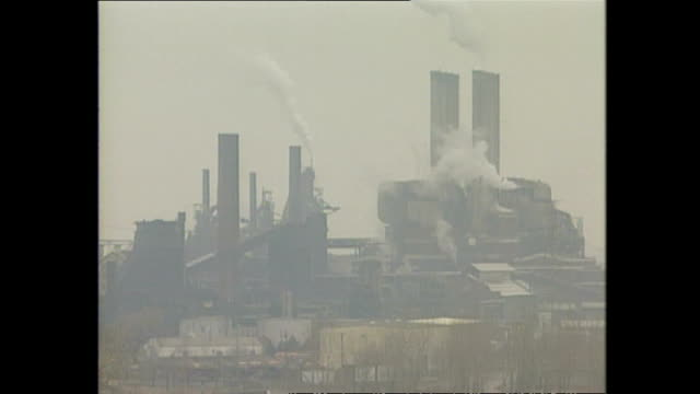 vidéos et rushes de exterior shots smoke rising from chimneys and factories across an industrial landscape on march 12 1994 in detroit michigan - detroit