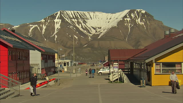 exterior shots snow covered mountains surrounding the town of longyearbyen in the administrative centre of svalbard with people walking around the... - svalbard and jan mayen stock videos & royalty-free footage