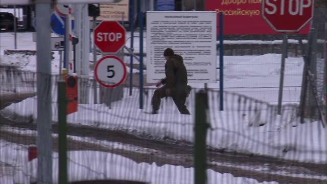 vídeos y material grabado en eventos de stock de exterior shots soldiers on patrol at the snow covered border control point on the latviarussia border on november 15 2016 in latvia - snow patrol