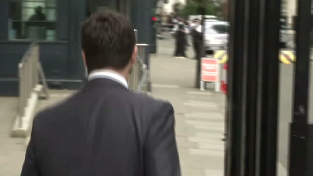 exterior shots stephen crabb, welsh secretary arriving at downing st walking through the main gate from whitehall. on july 15, 2014 in london,... - 内閣改造点の映像素材/bロール