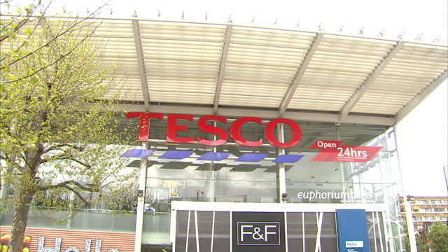exterior shots tesco superstore building site in wolverhampton internal interview dave lewis tesco ceo exterior shots of tesco supermarket graphics... - tesco点の映像素材/bロール