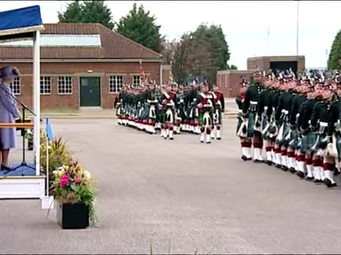 vidéos et rushes de exterior shots the argyll and sutherland highlanders 5th battalion march in front queen elizabeth ii. the queen watching royal regiment of scotland... - infanterie