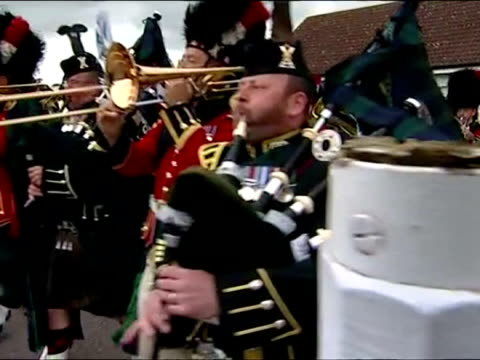 vidéos et rushes de exterior shots the argyll and sutherland highlanders 5th battalion marching band. royal regiment of scotland marching on june 28, 2013 in canterbury,... - infanterie