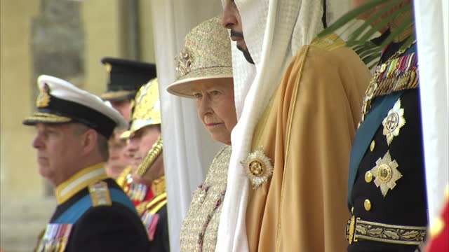 exterior shots the queen with his highness sheikh khalifa bin zayed al nahyan listening to the welsh guard band uae president welcomed by the queen... - typisch walisisch stock-videos und b-roll-filmmaterial