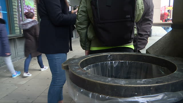 stockvideo's en b-roll-footage met exterior shots to illustrate plastic waste in london with rubbish on the ground and various people carrying packet sandwiches and drinks bottles on... - afvalverwerking