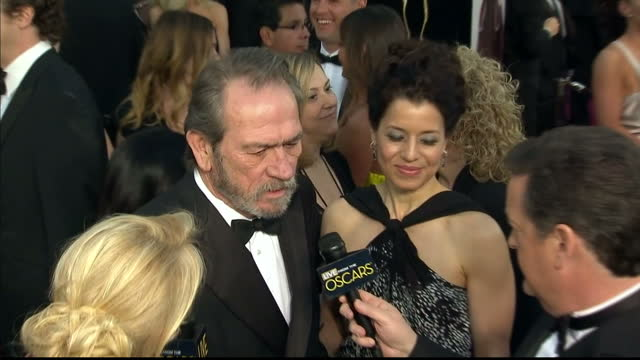 vídeos de stock e filmes b-roll de exterior shots tommy lee jones chats to reporters on the red carpet tommy lee jones on the red carpet at dolby theatre on february 25, 2013 in... - the dolby theatre
