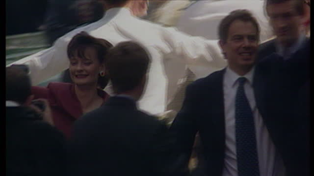 stockvideo's en b-roll-footage met exterior shots tony blair cherie blair arrive at downing st to supporters waving flags cheering on may 2nd 1997 in london united kingdom - tony blair