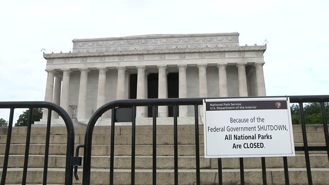 vídeos y material grabado en eventos de stock de exterior shots tourists take pictures outside of the closed lincoln memorial in washington dc america woke up to a government shutdown after a deeply... - edificio federal