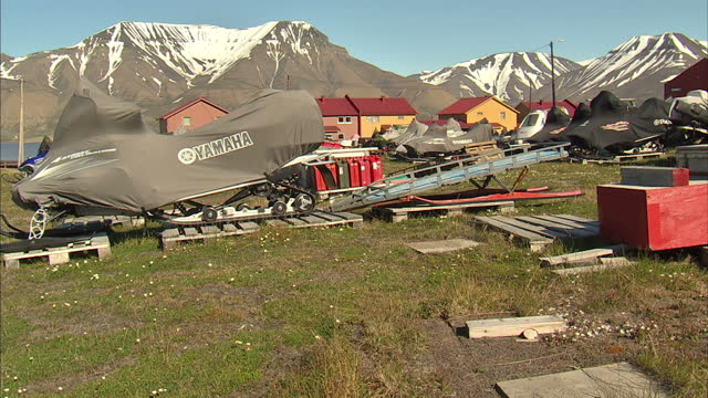 exterior shots town of longyearbyen in the administrative centre of svalbard with abandoned aerial coal tramway and snowmobile equipment sitting in... - svalbard and jan mayen stock videos & royalty-free footage