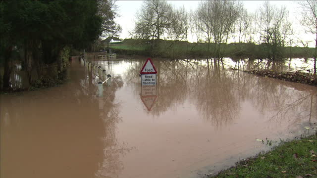 exterior shots tudor half timber house surrounded by floodwaters. exterior shot flood gauge by river showing water at 9 feet/2.7 metres depth.... - darlington nordostengland stock-videos und b-roll-filmmaterial