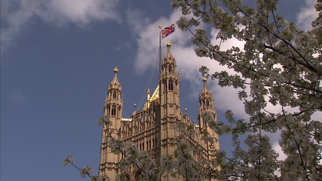 vídeos de stock, filmes e b-roll de exterior shots union flag flying from pole on palace of westminster with shot going into soft focus zoom palace of westminster exteriors on april 29... - soft focus