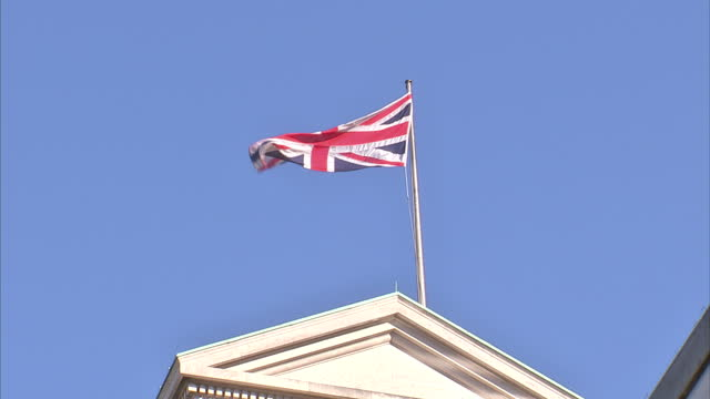 stockvideo's en b-roll-footage met exterior shots union flag flying from the top of the ministry of defence building exterior shots ministry of defence building with entrance mod brass... - ministerie van defensie