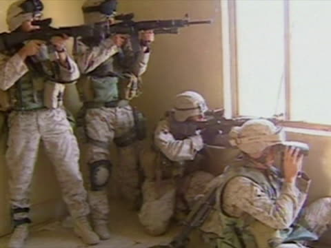vídeos de stock e filmes b-roll de exterior shots us marines street fighting in city firing from room in tower block bullets hitting buildings marines cross streets assault amphibious... - fuzileiro naval