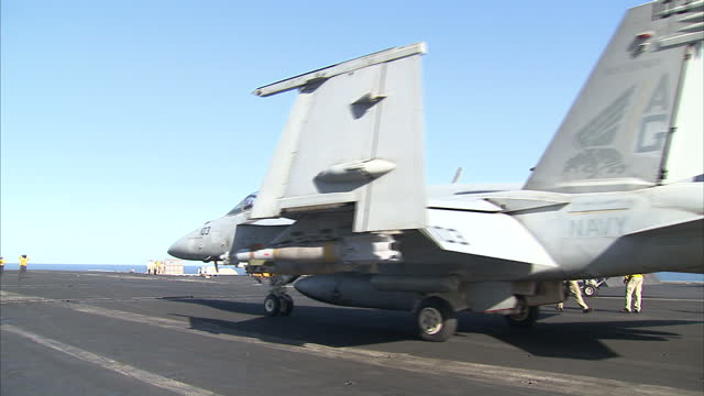 exterior shots us navy flight deck crew preparing and releasing f/a18e super hornet jets for take off from flight deck of us navy uss dwight d... - united states navy stock-videos und b-roll-filmmaterial