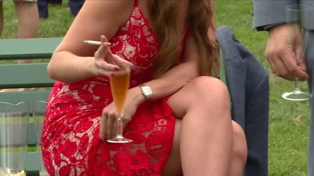 exterior shots various men and women drinking alcohol at royal ascot racecourse 20th june 2018 ascot, england. - イギリス アスコット競馬場点の映像素材/bロール