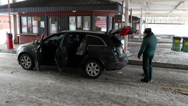 vídeos y material grabado en eventos de stock de exterior shots vehicles being checked by border patrol officers at the snow covered boarder control point on the latviarussia boarder on november 12... - snow patrol