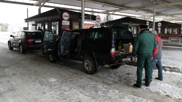 vídeos y material grabado en eventos de stock de exterior shots vehicles being searched and drivers having papers checked by border patrol officers at the snow covered boarder control point on the... - snow patrol