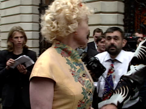 exterior shots vivienne westwood and husband arrive cool britannia arrivals at 10 downing street at downing street on july 30 1997 in london england - westwood stock-videos und b-roll-filmmaterial