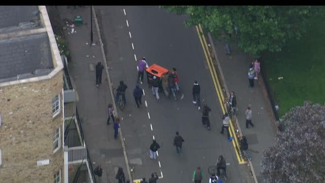 exterior shots wheelie bin being pushed up riot by rioters, pembury estate, hackney. - hackney 個影片檔及 b 捲影像