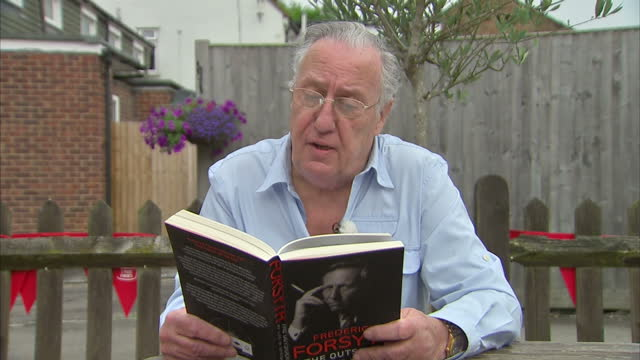 vídeos de stock e filmes b-roll de exterior shots writer frederick forsyth reading from his book frederick forsyth the outsider on august 30 2015 in high wycombe england - frederick forsyth