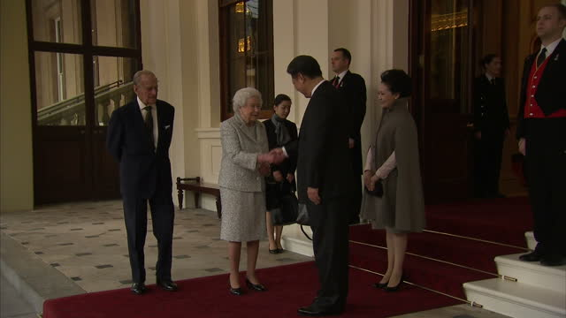 vídeos y material grabado en eventos de stock de exterior shots xi jinping chinese president and peng liyuan chinese first lady leaving buckingham palace shake hands with queen elizabeth ii and... - presidente de china