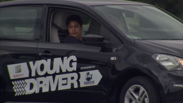 vídeos y material grabado en eventos de stock de exterior shots young learner driver under 17 years old reversing into a parking bay in barnet london a study of 3000 drivers revealed that 77 percent... - ir marcha atrás