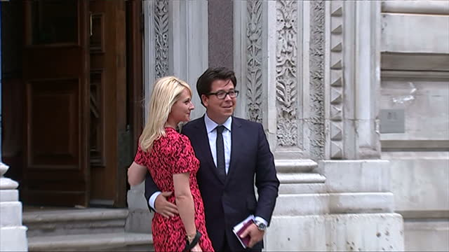 vidéos et rushes de exterior showing arrival of michael mcintyre accompanied by his wife, pair pose for photographs before entering building - emma freud