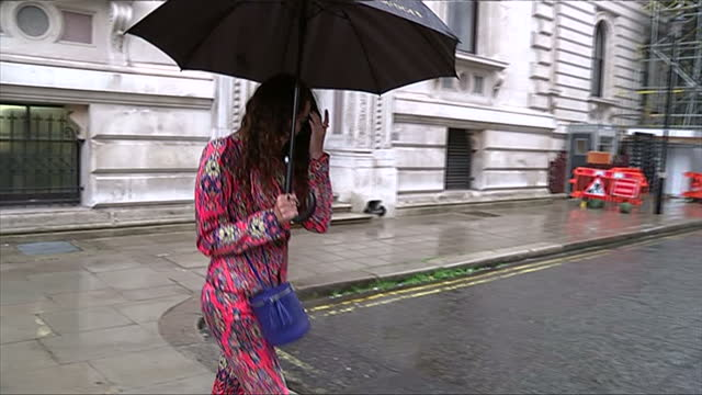 vidéos et rushes de exterior showing arrival of singer eliza doolittle, singer chats to press while holding umbrella - emma freud