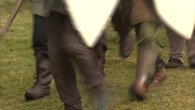 exterior showing battle re enactment fans in full traditional historically accurate dress including shields helmets and chain mail armour on june 29... - スコットランド スターリング点の映像素材/bロール