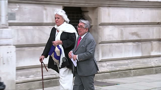 vidéos et rushes de exterior showing entertainer ronnie corbett arrives and poses for photographs - emma freud