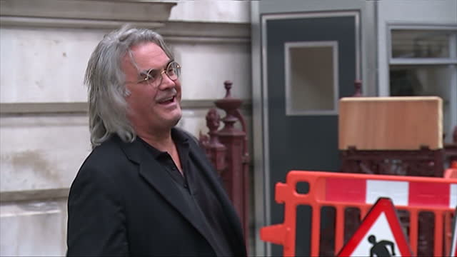 vidéos et rushes de exterior showing film director paul greengrass arriving and posing for pictures - emma freud