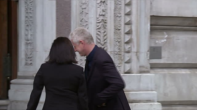 vidéos et rushes de exterior showing film director richard curtis and wife emma freud posing for photographers - emma freud