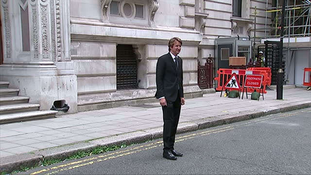 vidéos et rushes de exterior showing film director tom hopper posing for the press and photographers - emma freud