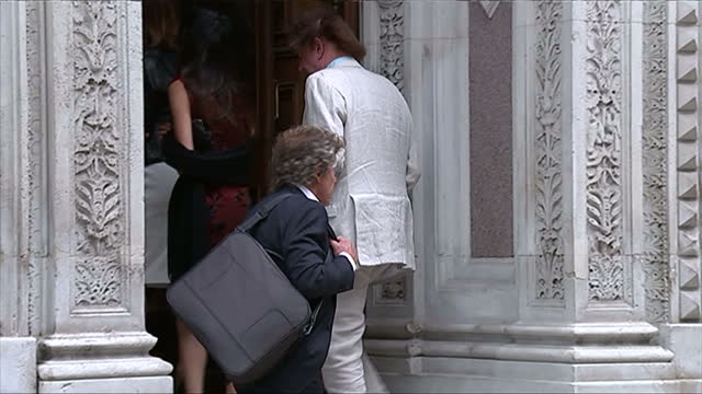 vidéos et rushes de exterior showing musician roger daltrey posing for pictures outside venue - emma freud