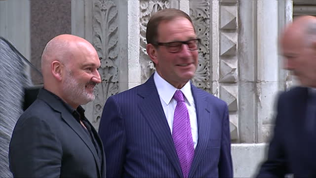 vidéos et rushes de exterior showing publisher richard desmond posing for pictures before entering building - emma freud