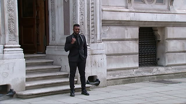 vidéos et rushes de exterior showing singer ortise williams posing for press before entering building - emma freud