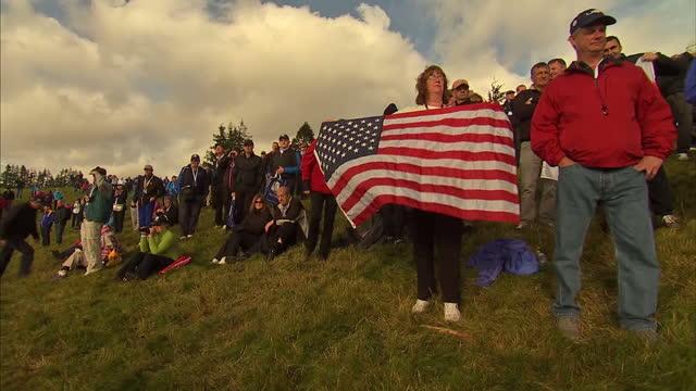 vidéos et rushes de exterior shows golf fans at ryder cup tournament held at gleneagles, female fan with usa flag at gleneagles on september 29, 2014 in auchterarder,... - événement de la pga